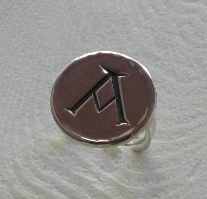 bague initiale gravée main