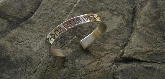 bracelet gravure main d'inspiration médiévale